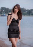 Modieuze vrouw op strand Royalty-vrije Stock Foto