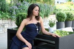 Modieuze vrouw op terras stock afbeelding