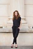 Modieuze vrouw in rugloze jumpsuit Royalty-vrije Stock Fotografie