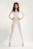 Modieuze Vrouw in Witte Kantkleding stock foto