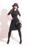 Modieuze vrouw in zwarte kleding stock foto's