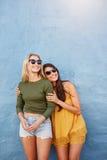 Modieuze vrouwelijke weg en modellen die eruit zien glimlachen Royalty-vrije Stock Afbeeldingen
