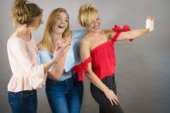 Modieuze vrouwen die selfie nemen Stock Foto