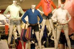 Vrouwen die opslag kleden royalty-vrije stock afbeeldingen