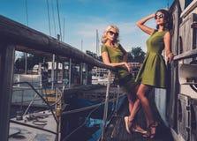Modieuze vrouwen op oude boot royalty-vrije stock fotografie