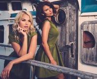 Modieuze vrouwen op oude boot stock afbeeldingen