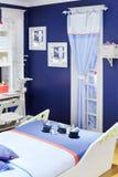Modieuze wit-blauwe kinderenruimte met origineel bed Royalty-vrije Stock Fotografie