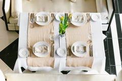 Modieuze, witte het dineren feestelijke lijst en banken Minimalistisch binnenland in zwart-wit Zwart-wit concept Huwelijk Royalty-vrije Stock Afbeelding