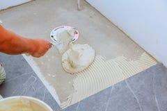 Modieuze in witte keramische tegel met een afkanting op de Reparatie van flats en badkamerss Stock Afbeeldingen