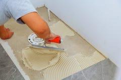 Modieuze in witte keramische tegel met een afkanting op de Reparatie van flats en badkamerss Royalty-vrije Stock Afbeelding