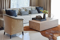 Modieuze woonkamer met grijze gestreepte hoofdkussens op bank Stock Foto