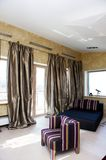Modieuze woonkamer met trendy meubilair Stock Fotografie