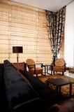 Modieuze woonkamer met trendy meubilair Royalty-vrije Stock Fotografie