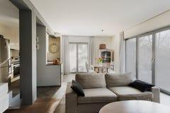 Modieuze zitkamer en het dineren zaal royalty-vrije stock fotografie
