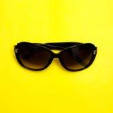Modieuze zonnebril op gele achtergrond vlakte van de manier lag de hoogste mening Stock Foto