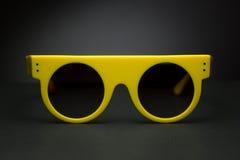 Modieuze zonnebril voor de zomer op zwarte achtergrond Stock Afbeelding