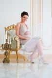 Modieuze zwangerschap Toekomstige moeder in een duur binnenland Stock Foto