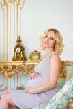 Modieuze zwangerschap Toekomstige moeder in een duur binnenland Stock Foto's