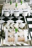 Modieuze zwart-witte eettafels en stoelen Minimalistisch binnenland in zwart-wit Lege restaurant hoogste mening Stock Afbeeldingen