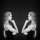 Modieuze zwart-witte foto met twee meisjes Royalty-vrije Stock Afbeelding