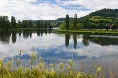 Modific il terrenoare con il fiume in estate Immagine Stock