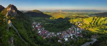 Modific il terrenoare con il villaggio, le montagne ed il cielo blu Fotografia Stock