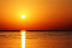 Modific il terrenoare con l'alba sopra il mare Fotografia Stock