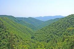 Modific il terrenoare la vista delle montagne di Cozia (Romania) immagini stock