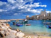 Modific il terrenoare la vista di Giovinazzo. Apulia. immagini stock