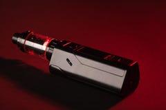 Modificação do dispositivo de Vaping no fundo escuro Fotografia de Stock