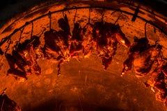 Modifiez le réservoir de carburant comme gril de charbon de bois pour le porc Technique pour photographie stock libre de droits