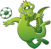 Modig alligator som hoppar för att head en fotbollboll Royaltyfri Fotografi