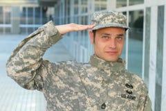 Modig amerikansk soldat som saluterar ståenden arkivbild