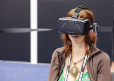 Modig bärare för kvinnlig med en Oculus VR VR hörlurar med mikrofon Arkivfoton
