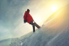 Modig flicka med en ryggsäck som går på snö-täckt fält Fotografering för Bildbyråer