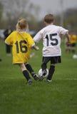 modig fotbollungdom arkivbilder