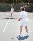 modig hög tennis för par Fotografering för Bildbyråer