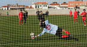 modig kickstrafffotboll Fotografering för Bildbyråer
