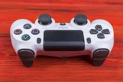 Modig kontrollant för för Sony PlayStation 4 slank revidering 1Tb och dualshock Modig konsol med en styrspak Konsol för hemvideol Arkivfoto