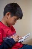 modig leka video för pojke Arkivbilder