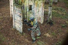 Modig lekplatsarena för Paintball med vapen och maskeringsutbildning Royaltyfri Foto