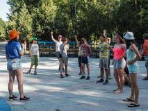 Modiga aktiviteter i ett barnläger i den ryska staden Anapa av den Krasnodar regionen Arkivfoton