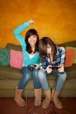 modiga flickor som leker video två Royaltyfria Foton