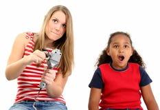 modiga flickor som leker videoen Fotografering för Bildbyråer