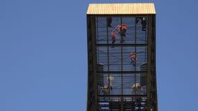 Modiga folkturister går på genomskinligt golv högt i himmel på observationsställetorn 4K stock video