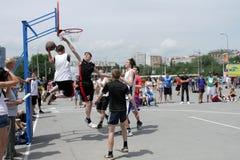Modigt basketögonblick. Streetball Royaltyfria Bilder
