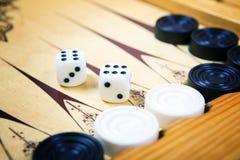 Modigt fält i en brädspel med kuber och räknare Arkivfoto