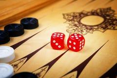 Modigt fält i en brädspel med kuber och räknare Royaltyfri Foto