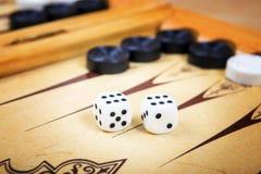 Modigt fält i en brädspel med kuber och räknare Royaltyfria Foton
