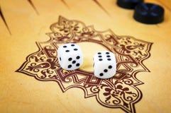 Modigt fält i en brädspel med kuber och räknare Royaltyfri Fotografi